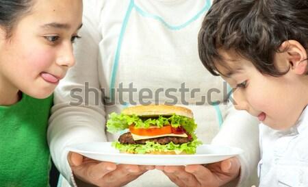 Mamá preparado delicioso hamburguesa pequeño nino Foto stock © zurijeta