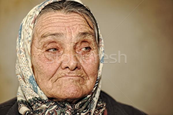 Portret starsza kobieta zielone oczy szalik głowie patrząc Zdjęcia stock © zurijeta