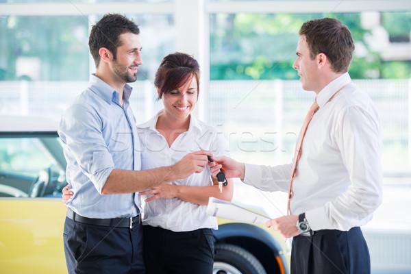 販売者 車のキー 幸せ カップル サロン 車 ストックフォト © zurijeta
