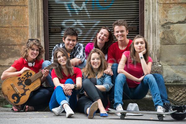 Foto d'archivio: Adolescenti · chitarra · seduta · strada · città