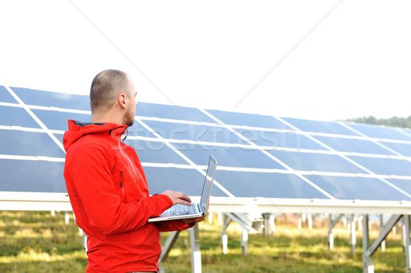 Masculino engenheiro usando laptop painéis solares trabalhar empresário Foto stock © zurijeta