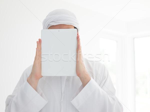Arab férfi visel hagyományos ruházat tart Stock fotó © zurijeta