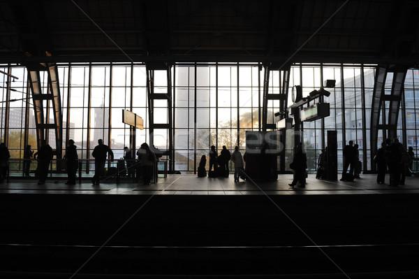 Mensen wachten treinstation glas venster mannen Stockfoto © zurijeta