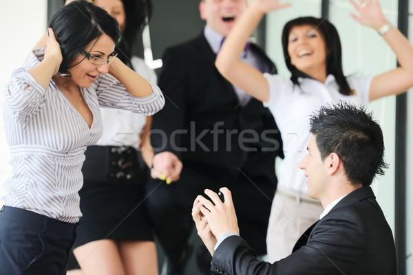 若い男 ガールフレンド 提供すること 婚約指輪 作業 場所 ストックフォト © zurijeta