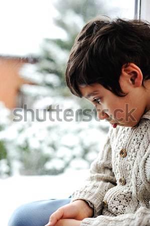 Triest kid venster winter sneeuw buiten Stockfoto © zurijeta