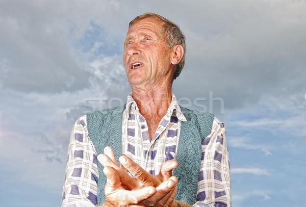 Középkorú férfi személy érdekes gesztusok égbolt Stock fotó © zurijeta