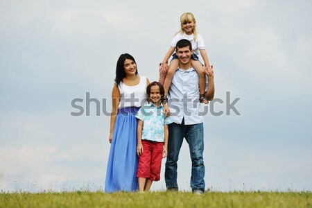 famille heureuse nature jeunes famille nouvelle maison photo stock jasmin merdan. Black Bedroom Furniture Sets. Home Design Ideas