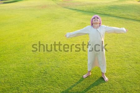 Szczęśliwy Muzułmanin rodziny łące szalik trawy Zdjęcia stock © zurijeta