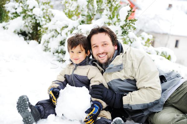 Filho pai jogar alegremente neve boneco de neve Foto stock © zurijeta