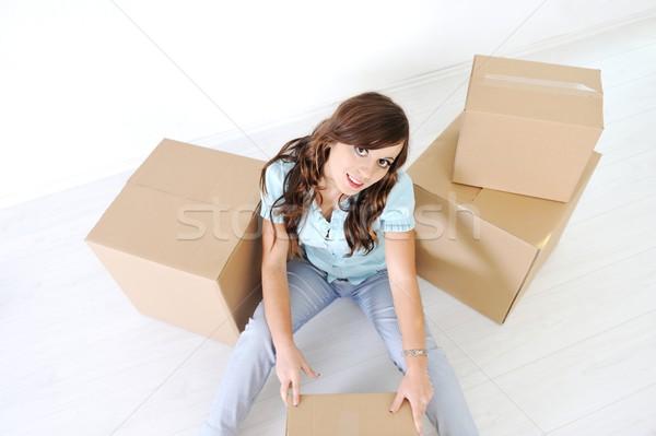 Sesión caja de cartón mirando cámara Foto stock © zurijeta