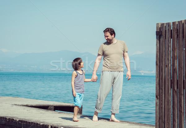 Apa fia élvezi nyári vakáció tenger dokk tengerpart Stock fotó © zurijeta