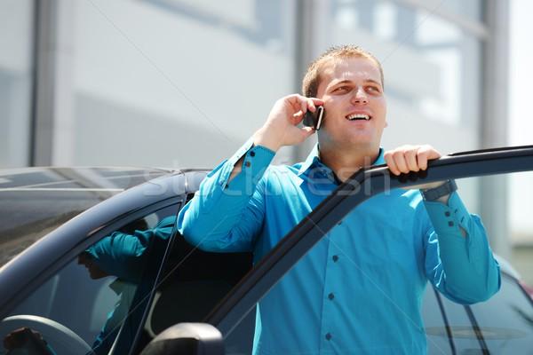 Zakenman auto praten mobiele telefoon glimlachend gebouw Stockfoto © zurijeta