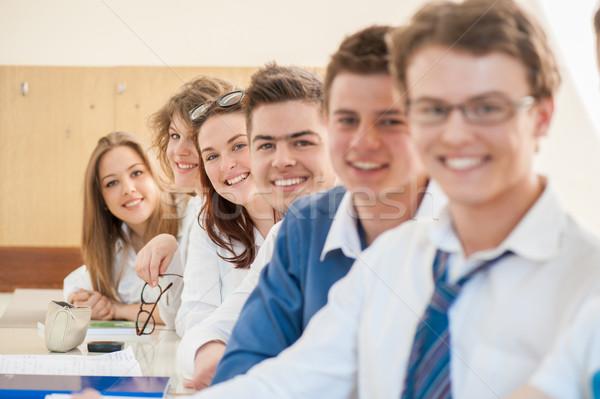 Gelukkig groep studenten poseren vergadering samen Stockfoto © zurijeta
