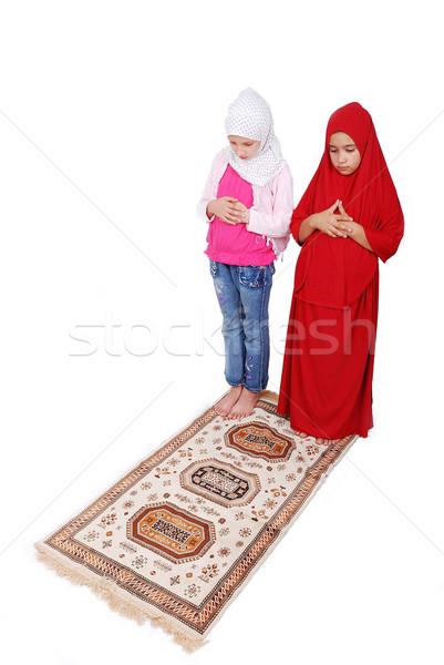 Fiatal muszlim lányok hagyományos ruházat imádkozik Stock fotó © zurijeta