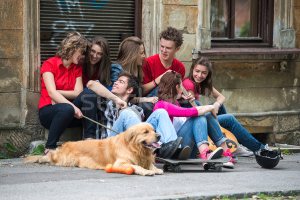 Groep praten vergadering straat stad mode Stockfoto © zurijeta