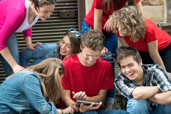 Grupo fresco adolescentes jugando tableta ciudad Foto stock © zurijeta