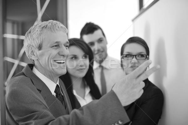 Főnök magyaráz grafikon csapat üzlet lány Stock fotó © zurijeta