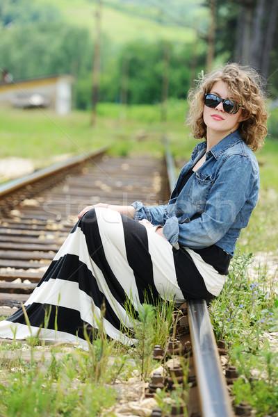 Vrouw vergadering spoorweg meisje mode licht Stockfoto © zurijeta