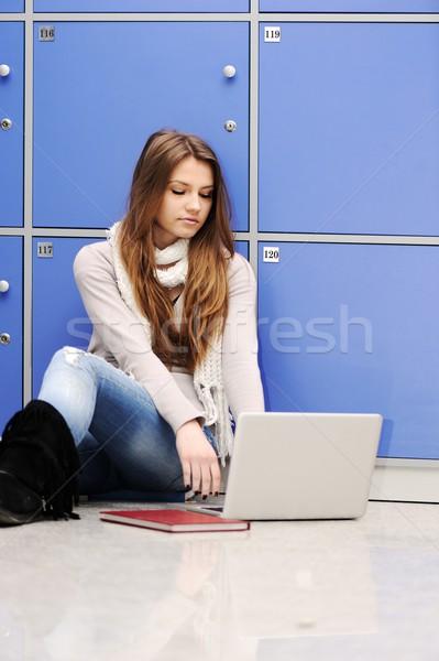 Szczęśliwy liceum student szkoły korytarzu laptop Zdjęcia stock © zurijeta
