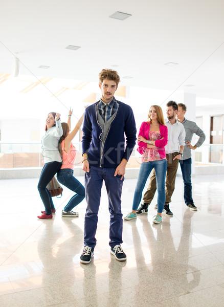 Wesoły studentów stałego korytarzu liceum szkoły Zdjęcia stock © zurijeta