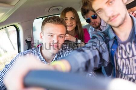 Młodych ludzi wakacje zabawy jazdy samochodu Zdjęcia stock © zurijeta