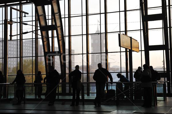 Emberek vár vasútállomás üveg ablak férfiak Stock fotó © zurijeta