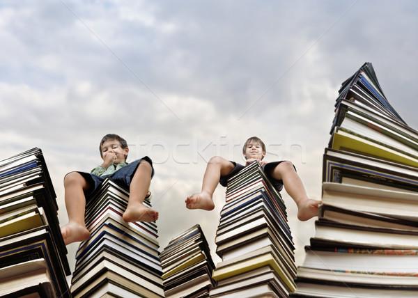 Pequeno menino sessão grande livros Foto stock © zurijeta
