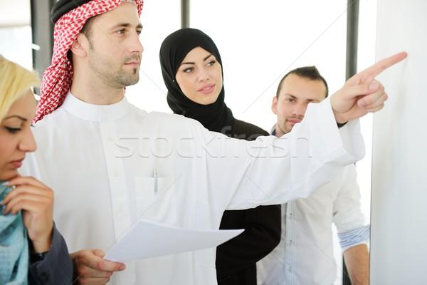Csoport többnemzetiségű üzletemberek munka iroda mosoly Stock fotó © zurijeta