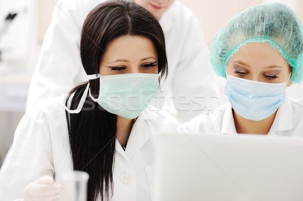 Jonge wetenschap werknemers onderzoek medische lab Stockfoto © zurijeta