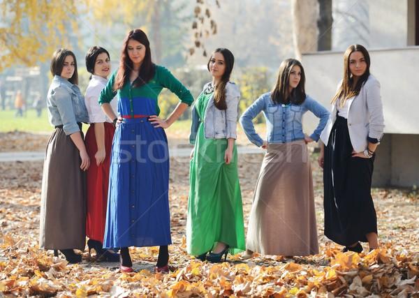 Groep jonge tienermeisjes samen natuur gelukkig Stockfoto © zurijeta