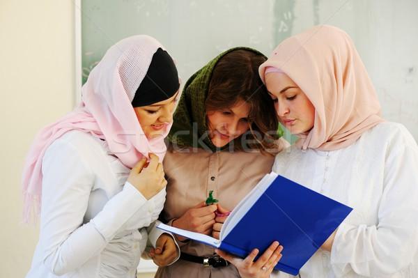 Przypadkowy grupy studentów patrząc szczęśliwy uśmiechnięty Zdjęcia stock © zurijeta