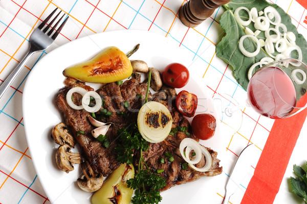 Gyönyörű felszolgált étel tányér hús természetes Stock fotó © zurijeta