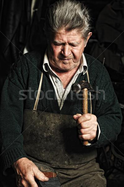 Stok fotoğraf: Yaşlı · adam · tamir · eski · el · yapımı · ayakkabı · atölye