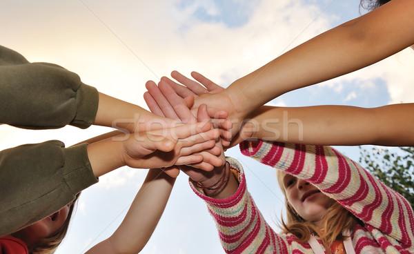 Pequeño grupo feliz ninos aire libre manos palma Foto stock © zurijeta