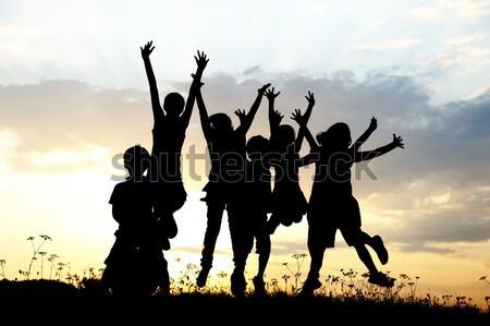 Kinderen holding handen omhoog ruimte klaar bericht Stockfoto © zurijeta