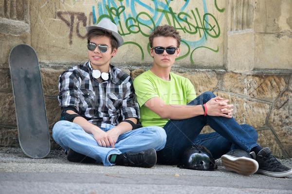Foto stock: Legal · adolescentes · óculos · de · sol · sessão · rua · cidade