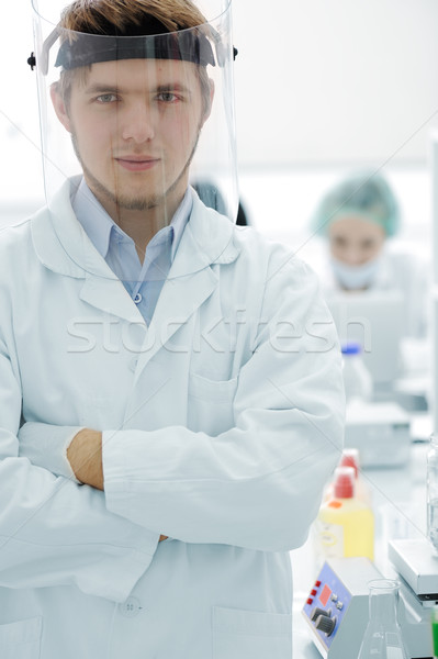 Foto stock: Jovem · médico · máscara · dobrado · mãos · hospital