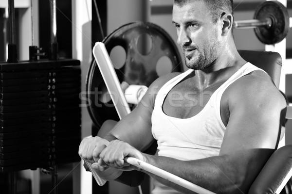Atletisch bodybuilder oefening sport gymnasium hal Stockfoto © zurijeta
