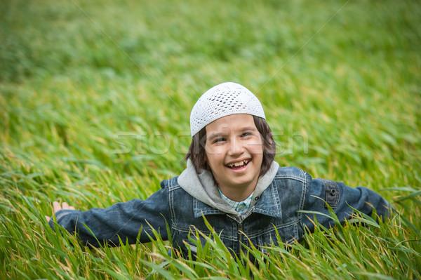 Muçulmano árabe criança em pé verde belo Foto stock © zurijeta
