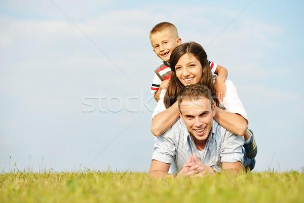 Boldog család természet szórakozás fű legelő fiatal Stock fotó © zurijeta