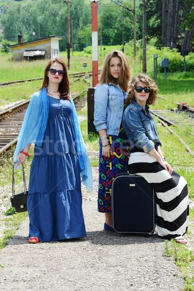 Três mulheres menina viajar urbano Foto stock © zurijeta
