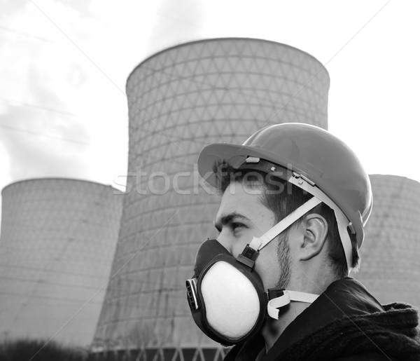 Ingenieur helm permanente nucleaire energiecentrale hemel Stockfoto © zurijeta