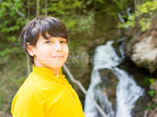 Nino montana arroyo cielo sonrisa naturaleza Foto stock © zurijeta