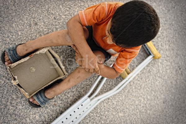 éhes gyerek utca mankók vmi mellett gyermek Stock fotó © zurijeta