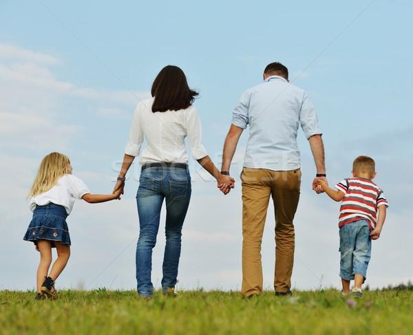 Gelukkig gezin natuur jonge familie groene Stockfoto © zurijeta