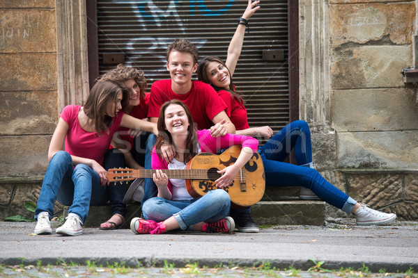 Photo stock: Adolescents · trottoir · groupe · souriant · ville