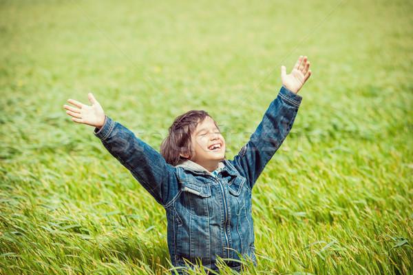 Opgewonden kid mooie groene Geel grasveld Stockfoto © zurijeta