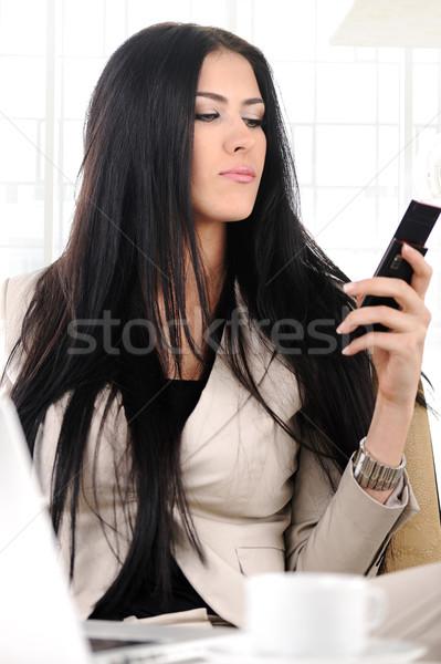 Kilátás gyönyörű üzletasszony tart mobiltelefon gépel Stock fotó © zurijeta
