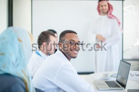 Csoport többnemzetiségű üzletemberek munka megbeszél projekt Stock fotó © zurijeta