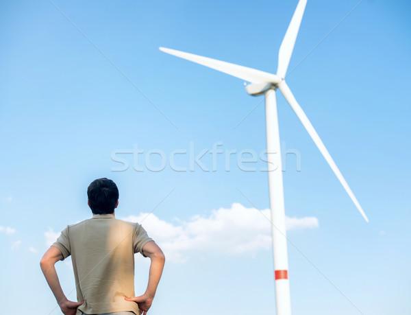 человека глядя ветровой турбины за облака зеленый Сток-фото © zurijeta